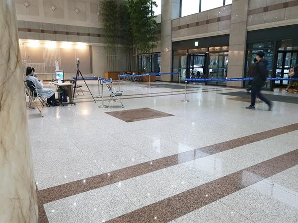 출입자 체온 체크 서울 아산병원 모든 입구에서 출입자의 체온을 체크한다.