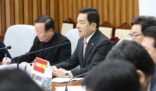 자유한국당 심재철 원내대표가 14일 오전 서울 여의도 국회에서 열린 원내대책회의에서 발언하고 있다.