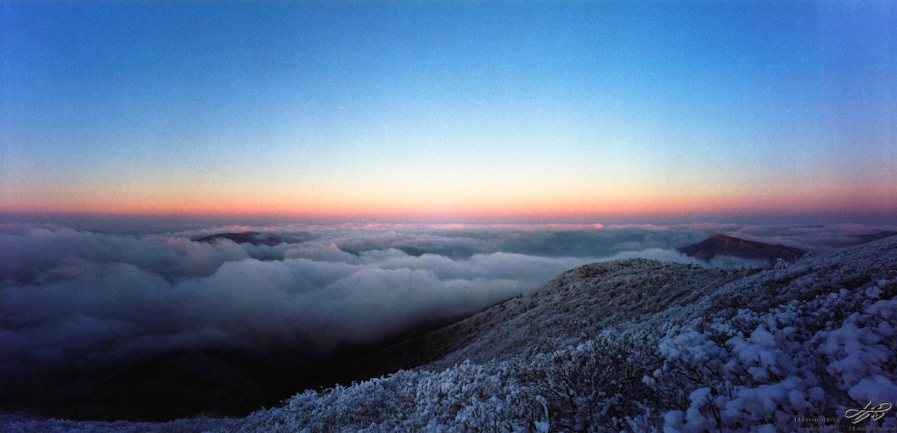 서쪽편의 운해 구름의 끝이 태양빛을 반사하여 분홍색을 띤다.