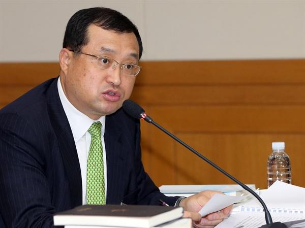 2012년 10월 23일, 임성근 당시 대법원 양형위원회 상임위원이  서울 서초동 대법원에서 열린 국회 법제사법위원회 대법원 국정감사에서 질의에 답변하고 있다.