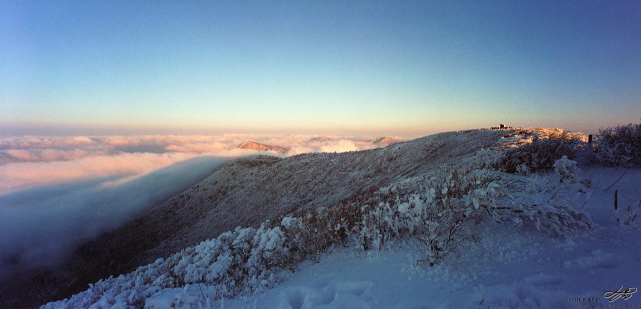 천제단에서 장군봉 쪽으로 햇빛을 받은 쪽의 구름은 눈이 부시기까지 했다.