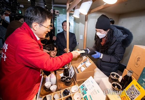 제 21대 국회의원 선거 종로에 예비후보 등록을 한 황교안 자유한국당 대표가 14일 오후 서울 종로에 한 대형 빌딩에 마련된 청년창업 일자리 통합지원 플랫폼 '종로청년숲'을 방문해 찻잔 세트를 구매하고 있다.