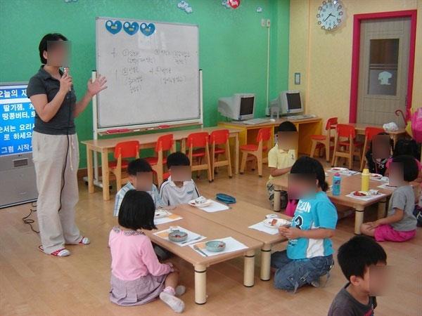 초등돌봄교실 모습 돌봄전담사가 방과후 아이들과 돌봄교실 프로그램을 진행하는 모습