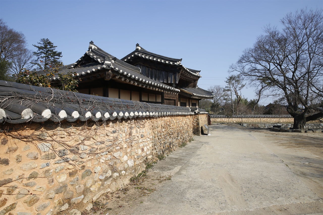 강골마을 이진래 고택의 솟을대문과 담장. 고택이 국가 민속문화재 제159호로 지정돼 있다.