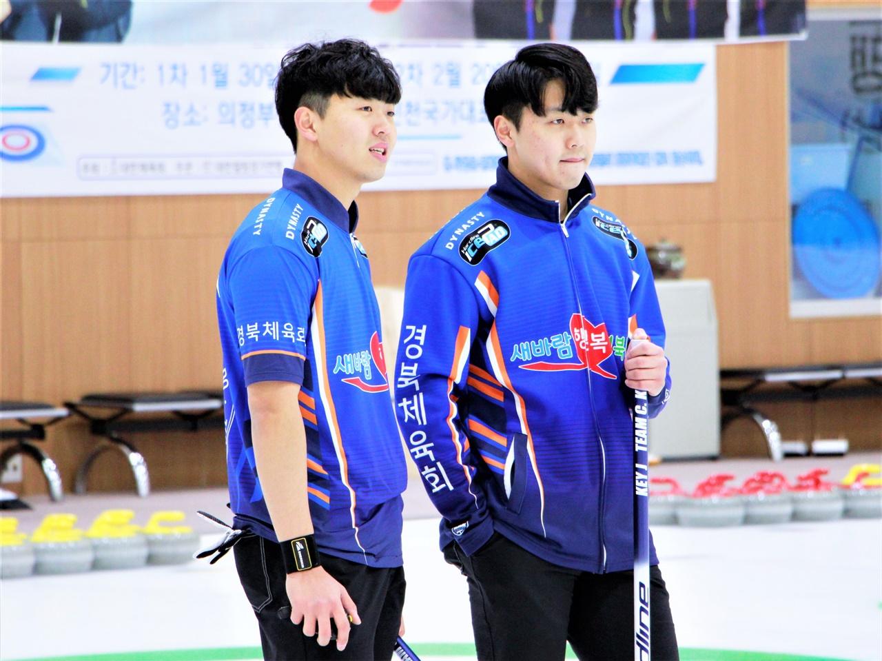 코리아 컬링 리그에는 두 '국대 쌍둥이'가 있다. 사진은 경북체육회 남자부 이기복(왼쪽), 이기정 선수.