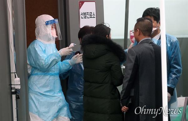 13일 오후 서울 구로구 고려대학교구로병원 응급실 앞에서 의료진이 코로나19(신종 코로나바이러스 감염증) 예방을 위해 내원객들의 시민들의 발열을 체크하고 있다.