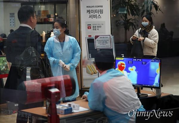 13일 구로구 고려대학교구로병원 응급실 앞에서 의료진이 코로나19(신종 코로나바이러스 감염증) 예방을 위해 내원객들의 발열을 체크하고 있다.