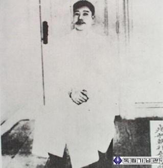 모친 조마리아 열사가 지은 옷을 입은 안중근 의사, 사형 집행 5분 전의 모습