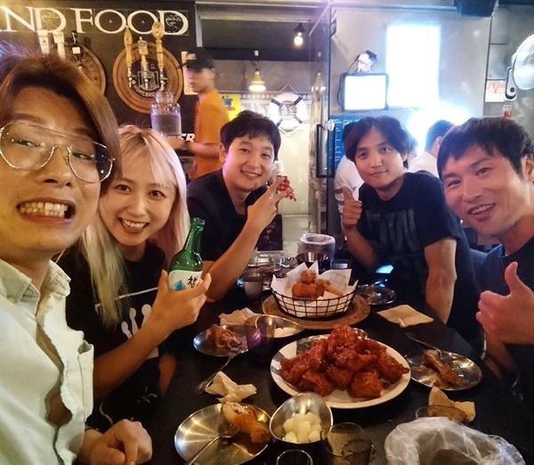갤럭시 익스프레스와의 인터뷰 뒷풀이. 왼쪽부터 조이예환, 안지, 기자, 박종현, 이주현.