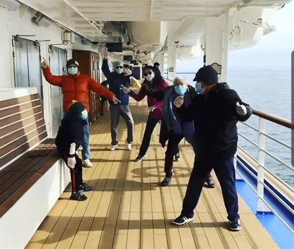 마스크 차림으로 춤추며 어려움 이겨내는 가족. 일본 요코하마항에 정박한 크루즈사의 최대 주주는 미국과 영국에 본사를 둔 다국적 기업인 '카니발 코퍼레이션&PLC'이다. [프린세스 크루즈 제공]