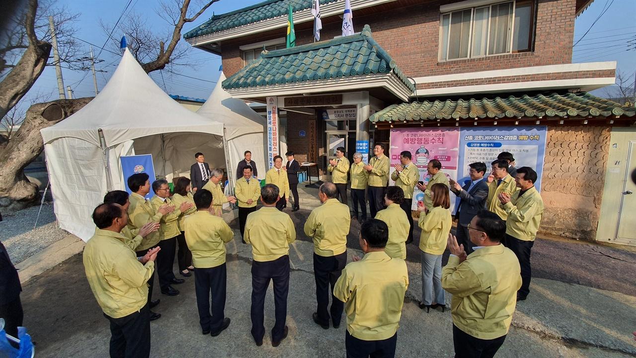 박정현 부여군수·송복섭 부여군의회 의장을 비롯한 의원와 관계공무원, 부여군 농협지부장외 조합장이 집무실 앞에서 양 지사와 대화하고 있다.