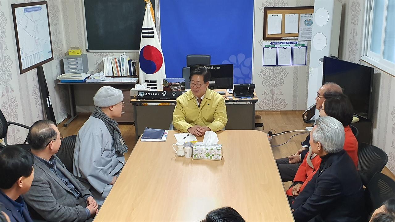 김시민장군기념사업회 회원이 양 지사에게 화답하고 있다.