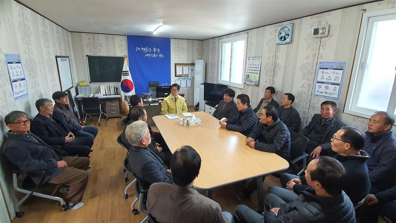 충남 쌀전업농연합회 회원들이 양 지사와 코로나19 대책과 현안에 대해 논의하고 있다.