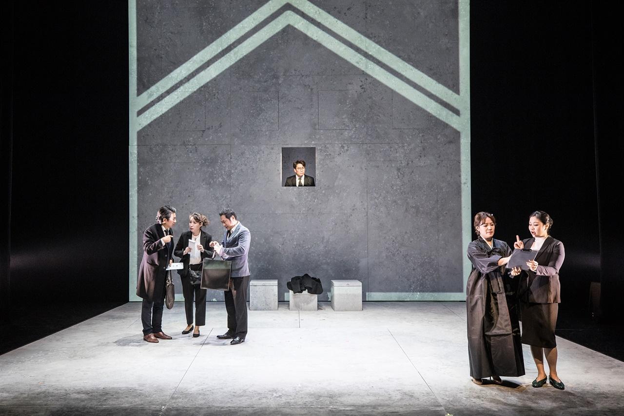 오페라 <김부장의 죽음> 초반, 진짜로 자신의 죽음을 계산하는 가족과 지인을 김부장처럼 보게되면 어떤 느낌일까?