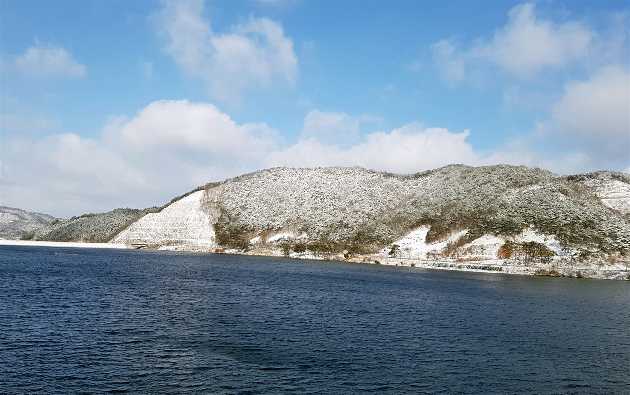 [청양] 청양은 기상청 발표 적설량이 충청에서 가장 많았다.(17일 오전 6시 현재 8.4cm) 눈덮인 칠갑호 주변 칠갑산의 모습이다.(17일 오전 9시 20분)