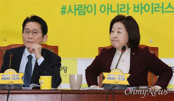 정의당 심상정 대표가 10일 오전 서울 여의도 국회에서 주재한 상무위원회에서 입을 앙다물고 있다. 왼쪽은 윤소하 원내대표.