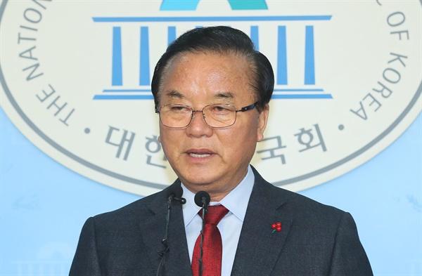 한국당 5선 정갑윤, 불출마 선언 자유한국당 5선 정갑윤 의원이 17일 국회 정론관에서 4·15 총선 불출마를 선언하고 있다.