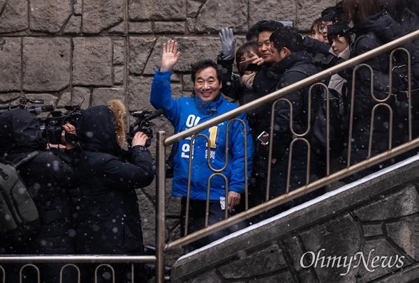 더불어민주당 후보로 종로 출마를 선언한 이낙연 전 국무총리가 17일 오전 서울 종로구 부암동에 위치한 영화 <기생충> 촬영지를 찾아 주민들에게 인사를 하고 있다.