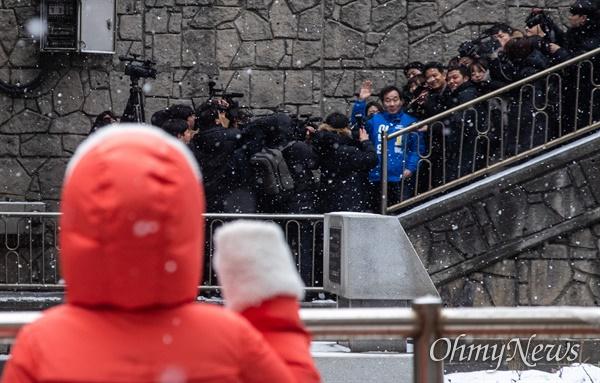 더불어민주당 후보로 종로 출마를 선언한 이낙연 전 국무총리가 17일 오전 서울 종로구 부암동에 위치한 영화 <기생충> 촬영지를 방문하던 중 주민들의 인사에 화답하고 있다.