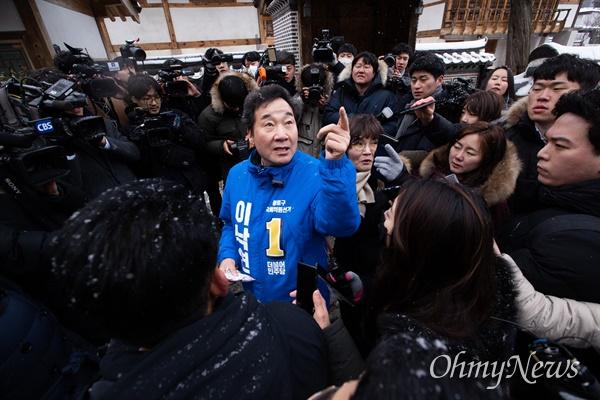 더불어민주당 후보로 종로 출마를 선언한 이낙연 전 국무총리가 17일 오전 서울 종로구 부암동을 찾아 동네 일대를 살펴보고 있다.