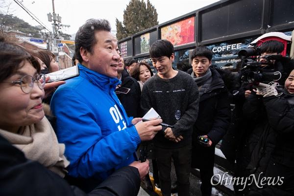 더불어민주당 후보로 종로 출마를 선언한 이낙연 전 국무총리가 17일 오전 서울 종로구 부암동을 찾아 한 시민의 사인 요청을 받고 있다.