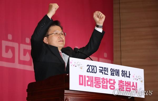 '미래통합' 출범시킨 황교안...주먹 '불끈'  미래통합당 황교안 대표가 17일 오후 서울 여의도 국회 의원회관에서 열린 미래통합당 출범식 '2020 국민 앞에 하나'에서 당원들을 향해 두 주먹을 불끈 쥐어보이고 있다.