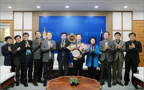 대전시의회 남진근(더불어민주당, 동구1) 의원이 17일  '2019년 한국지방정부 의정 대상'을 수상했다.