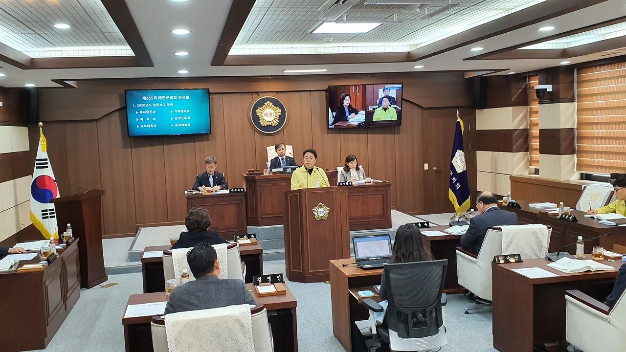 전재옥 의원이 김영길 교육체육과장에게 질의하고 있다.