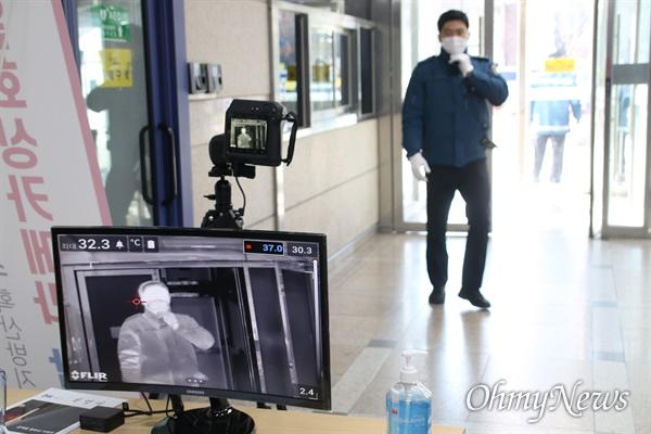 코로나19에 대비하기 위해 대구시청 입구에 설치되어 있는 열화상카메라.
