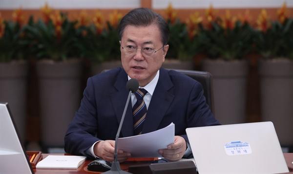 문재인 대통령이 18일 청와대에서 국무회의를 주재하고 있다.