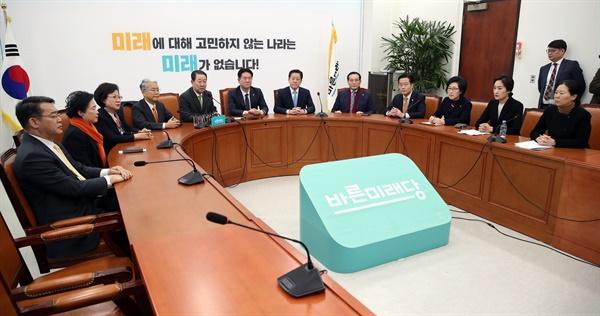 바른미래당 박주선 의원(왼쪽 다섯번째)이 18일 오전 국회에서 열린 바른미래당 의원총회에서 발언하고 있다.