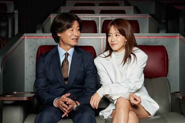 영화 <기도하는 남자> 개척 교회 목사 태욱 역을 맡은 배우 박혁권과 정인 역을 맡은 배우 류현경의 모습.