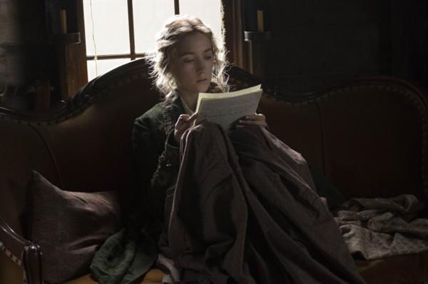 <작은 아씨들> 영화 중 한 장면. 자신이 쓴 소설을 읽고 있는 조.