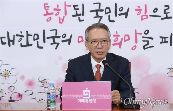 인재영입 발표하는 김형오 공관위원장  미래통합당 김형오 공천관리위원장이 18일 오후 서울 여의도 국회에서 인재영입 관련 발표를 하고 있다.