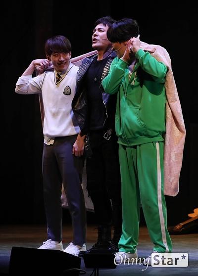 재정비 된 '은밀하게 위대하게:THE LAST' 18일 오후 서울 종로구 세종대로의 한 공연장에서 열린 뮤지컬 <은밀하게 위대하게:THE LAST> 프레스콜에서 하이라이트 장면이 시연되고 있다. 웹툰과 영화, 뮤지컬로 선보였던 <은밀하게 위대하게:THE LAST>는 달동네로 잠입한 북한 남파 특수공작 3인방이 각각 동네 바보, 가수 지망생, 고등학생의 위장 신분으로 살아가며 벌어지는 이야기를 담은 뮤지컬이다. 2월 15일부터 3월 29일까지  세종문화회관 M씨어터에서 공연.