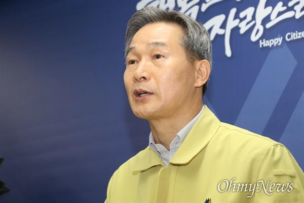 채홍호 대구시 행정부시장이 18일 오후 대구시청에서 기자브리핑을 통해 코로나19 확진 31번째 환자의 상태와 이동경로 등에 대해 설명하고 있다.