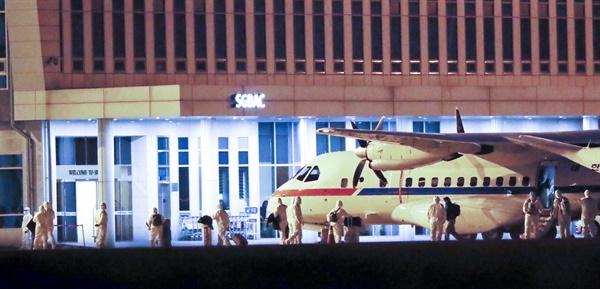 일본에 정박중인 크루즈선 다이아몬드 프린세스에 탑승했던 한국인 6명과 일본인 배우자 1명이 19일 새벽 김포공항에 착륙한 공군3호기에서 내리고 있다. 2020.2.19