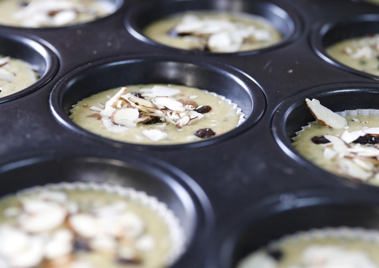 굽기 전의 쑥부쟁이 머핀. 쑥부쟁이 머핀은 우리밀을 빻은 밀가루에다 쑥부쟁이를 분말로 만들어 우유와 섞어 버무려 만든다.