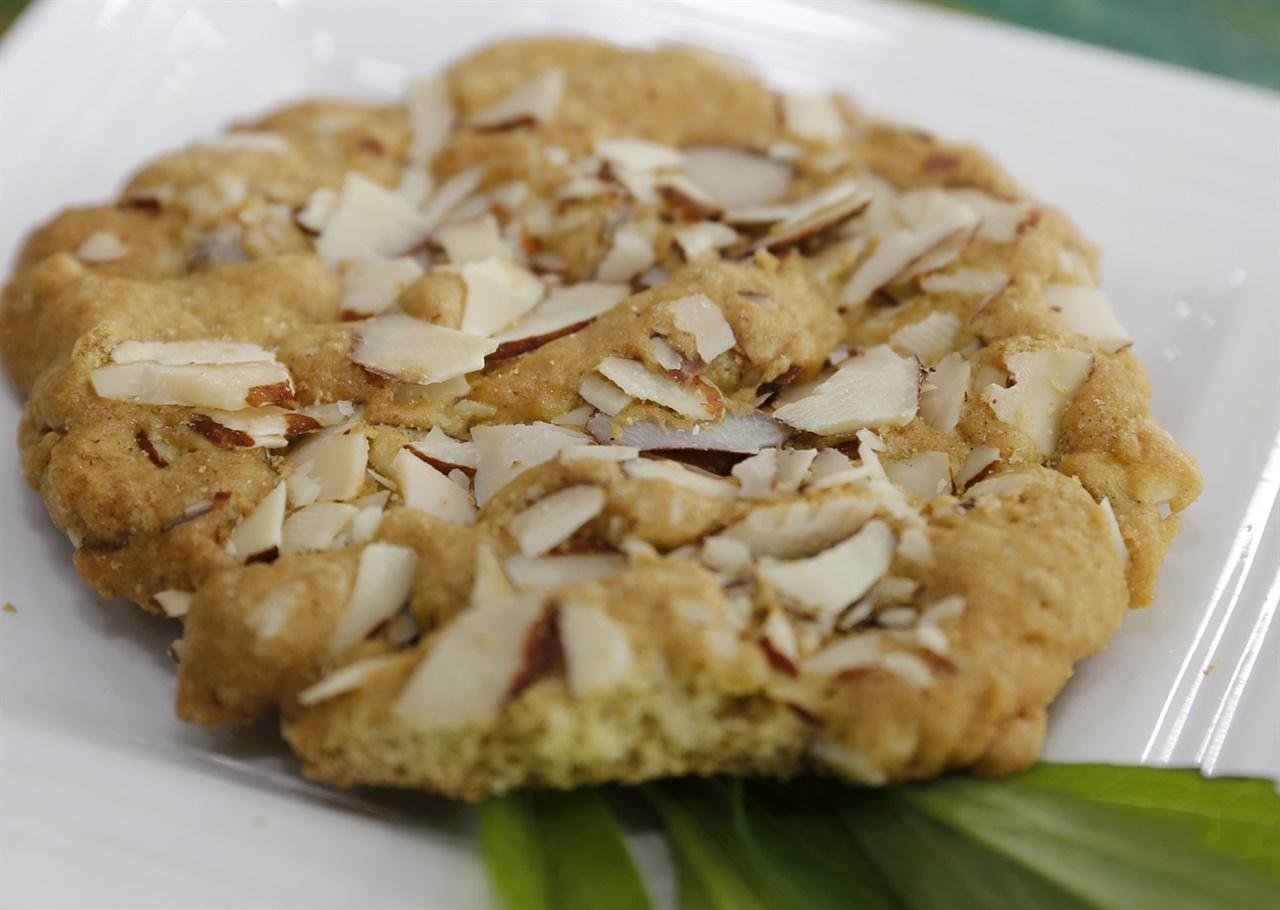 이명엽 씨가 쑥부쟁이와 우리밀로 만든 쑥부쟁이 쿠키. 고소하면서도 바삭바삭하다. 달지도 않아 간식용으로 인기를 얻고 있다.