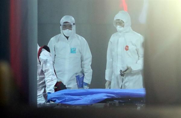 18일 오후 대구시 수성구의 한 병원에서 입원 환자들이 대구의료원으로 이송하기 위해 의료진이 분주하게 움직이고 있다.