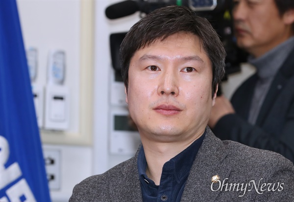 더불어민주당 김해영 최고위원이 19일 오전 서울 여의도 국회에서 열린 최고위원회의에 참석하고 있다.