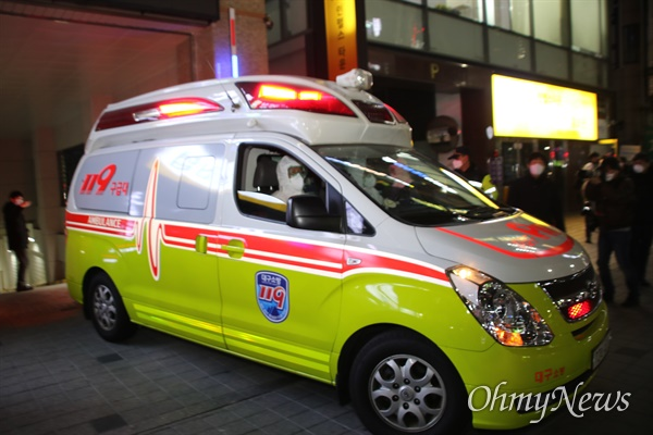 지난 18일 오후 31번째 코로나19 확진자가 나온 대구 새로난한방병원에서 입원환자들이 119 응급차를 이용해 대구의료원으로 이송되고 있다.