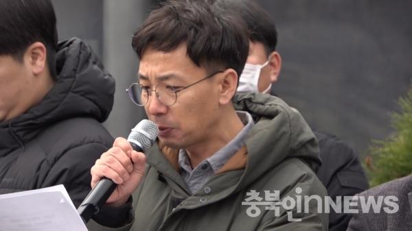 조남덕 충북노동자시민회의 대표가 기자회견문을 낭독하고 있다. ⓒ김다솜 기자