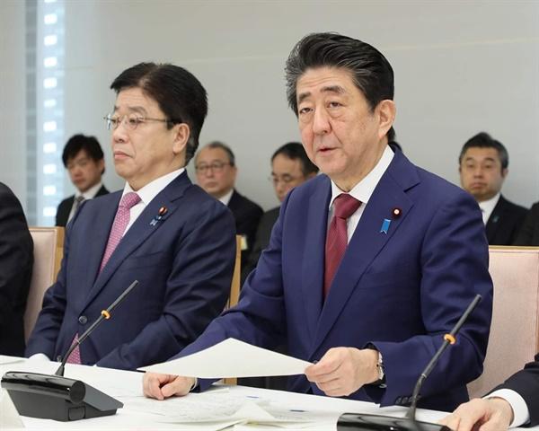 아베 총리와 가토 후생노동상 코로나 감염 확산과 관련해 회의를 주재하는 아베 총리, 그 옆에 가토 가쓰노부 후생노동상이 앉아있다.