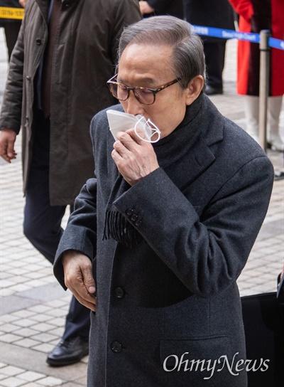 이명박 전 대통령이 19일 오후 서울 서초구 서울고등법원에서 특정범죄 가중처벌법상 뇌물 등의 항소심 선고공판에 출석하며 기침을 하고  있다.