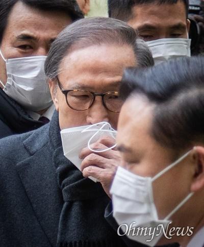 이명박 전 대통령이 19일 오후 서울 서초구 서울고등법원에서 특정범죄 가중처벌법상 뇌물 등의 항소심 선고공판에 출석하고 있다.
