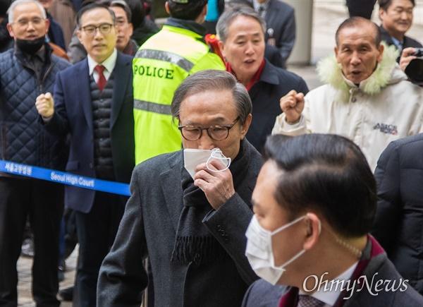 이명박 전 대통령이 19일 오후 서울 서초구 서울고등법원에서 특정범죄 가중처벌법상 뇌물 등의 항소심 선고공판에 출석하며 지지자들의 응원을 받고 있다.