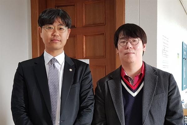 재심 재판을 마치고 기념사진을 찍은 서창효(왼쪽) 변호사와 고 송우웅씨 아들 송태원씨.