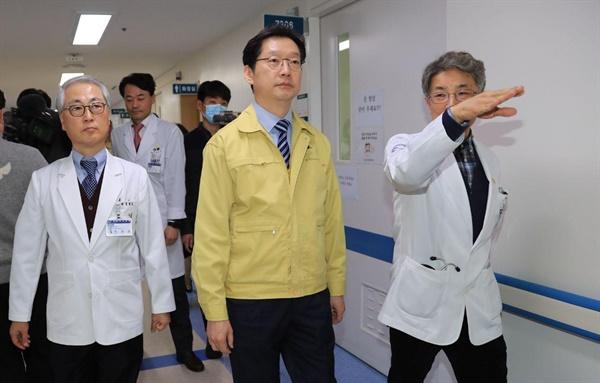 19일 진주 경상대병원을 방문한 김경수 경남지사.