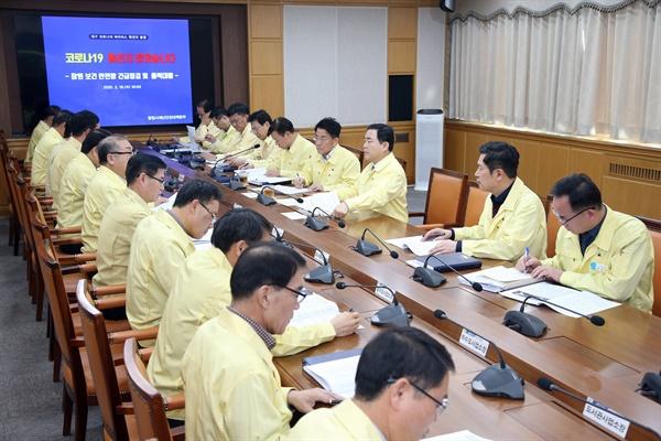 허성무 창원시장은 19일 창원시청에서 코로나19 관련 대책회의를 열었다.